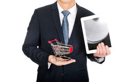 Ciérrese encima del hombre que sostiene el carro de la compra y la tableta Fotografía de archivo libre de regalías