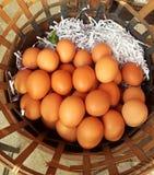 Ciérrese encima del huevo en la cesta de madera, huevo para cocinar las comidas Fotografía de archivo