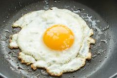 Ciérrese encima del huevo frito Imagenes de archivo