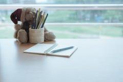 Ciérrese encima del lápiz en el diario imagen de archivo