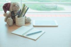 Ciérrese encima del lápiz en el diario imagenes de archivo