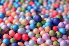 Ciérrese encima del múltiplo pequeño de las bolas coloridas de la espuma convenientes como fondo fotografía de archivo libre de regalías