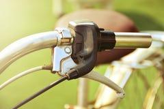 Ciérrese encima del manillar de la bicicleta del vintage imagen de archivo libre de regalías