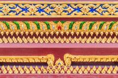 Ciérrese encima del modelo de Lai Thai en la iglesia budista tailandesa baja fotos de archivo libres de regalías