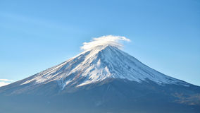 Ciérrese encima del monte Fuji y del cielo azul en el kawaguchiko Japón Fotos de archivo libres de regalías