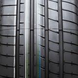 Ciérrese encima del nuevo neumático aislado en el fondo blanco Imagen de archivo