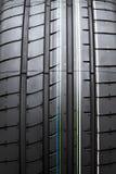 Ciérrese encima del nuevo neumático aislado en el fondo blanco Fotos de archivo