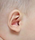 Ciérrese encima del oído del bebé fotos de archivo libres de regalías