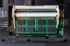 Ciérrese encima del palillo de la RAM en el ordenador portátil del zócalo imágenes de archivo libres de regalías
