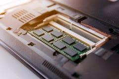 Ciérrese encima del palillo de la RAM en el ordenador portátil del zócalo fotografía de archivo
