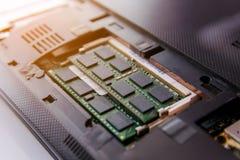 Ciérrese encima del palillo de la RAM en el ordenador portátil del zócalo imagenes de archivo