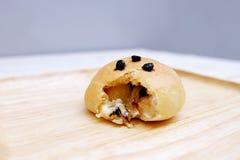 Ciérrese encima del pan llenado del chocolate blanco Fotografía de archivo libre de regalías