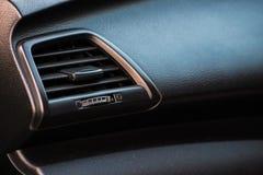 Ciérrese encima del panel del acondicionador de aire en coche moderno Imágenes de archivo libres de regalías