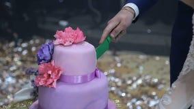 Ciérrese encima del pastel de bodas del corte almacen de video