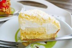 Ciérrese encima del pastel de queso fresco japonés en el fondo blanco de la placa Fotos de archivo libres de regalías