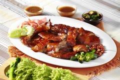 Ciérrese encima del pato asado chino y de los tallarines verdes Foto de archivo