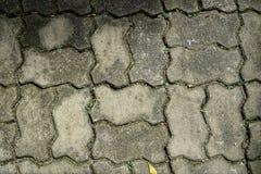 Ciérrese encima del pavimento del bloque de cemento en forma del borde del zigzag con pequeño Foto de archivo libre de regalías