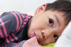 Ciérrese encima del pequeño muchacho asiático que chupa el pulgar Imagenes de archivo