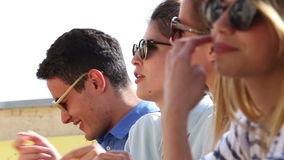 Ciérrese encima del perfil de los amigos felices que se sacuden suavemente al golpe en el partido almacen de video