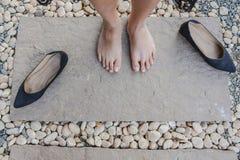 Ciérrese encima del pie y de las piernas vistos desde arriba Visión superior Imagenes de archivo