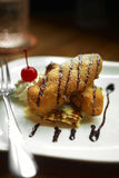 Ciérrese encima del plátano dulce frito y de la salsa de chocolate Fotografía de archivo libre de regalías
