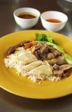 Ciérrese encima del pollo cocido al vapor y del arroz Foto de archivo