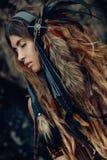 Ciérrese encima del retrato del bailarín tribal hermoso de la mujer en tocado Imagen de archivo