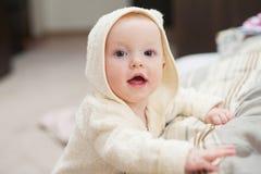 Ciérrese encima del retrato del bebé divertido lindo en albornoz Foto de archivo libre de regalías