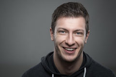 Ciérrese encima del retrato cambiante del hombre sin afeitar joven que sonríe y que mira la cámara Imágenes de archivo libres de regalías