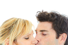 Ciérrese encima del retrato de besarse joven de los pares fotografía de archivo
