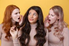 Ciérrese encima del retrato de dos mujeres jovenes que gritan en amigo Imagenes de archivo