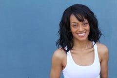Ciérrese encima del retrato de la belleza de una mujer negra afroamericana joven y atractiva con la piel perfecta, sonriendo suav Fotografía de archivo