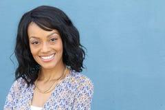 Ciérrese encima del retrato de la belleza de una mujer negra afroamericana joven y atractiva con la piel perfecta, sonriendo suav imagen de archivo libre de regalías