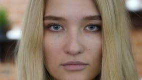 Ciérrese encima del retrato de la cara de la muchacha, rubio metrajes