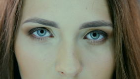 Ciérrese encima del retrato de la cara hermosa de la mujer joven almacen de metraje de vídeo