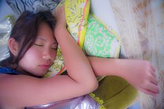 Ciérrese encima del retrato de la cara de la muchacha china asiática joven y hermosa que duerme pacífico y tranquila tomando una  Imagen de archivo