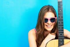 Ciérrese encima del retrato de la cara de la mujer joven con la guitarra Fotografía de archivo