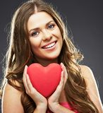 Ciérrese encima del retrato de la cara de la mujer sonriente que lleva a cabo el corazón rojo Fotos de archivo