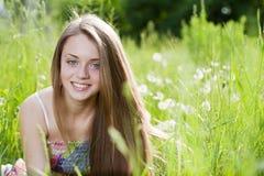 Ciérrese encima del retrato de la chica joven feliz Fotos de archivo