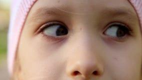 Ciérrese encima del retrato de la chica joven hermosa de un ojo de la niña abierto almacen de video