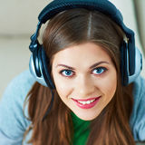 Ciérrese encima del retrato de la música que escucha de la mujer joven con el auricular Fotografía de archivo libre de regalías