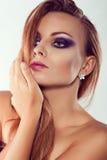 Ciérrese encima del retrato de la moda Tiroteo modelo Maquillaje púrpura imagen de archivo