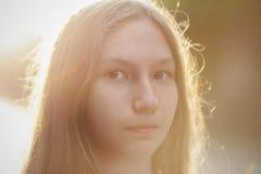 Ciérrese encima del retrato de la muchacha adolescente atractiva en puesta del sol Fotografía de archivo libre de regalías
