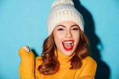 Ciérrese encima del retrato de la muchacha alegre feliz en sombrero del invierno Fotografía de archivo