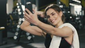Ciérrese encima del retrato de la muchacha bonita en gimnasio metrajes