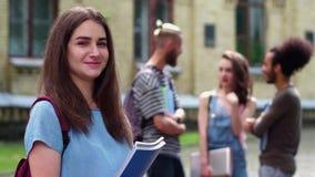 Ciérrese encima del retrato de la muchacha joven del estudiante en campus metrajes
