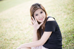 Ciérrese encima del retrato de la muchacha sonriente joven Foto de archivo libre de regalías