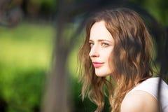 Ciérrese encima del retrato de la muchacha urbana preciosa al aire libre Foto de archivo