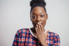 Ciérrese encima del retrato de la mujer africana de bostezo hermosa imagen de archivo libre de regalías
