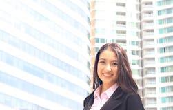 Ciérrese encima del retrato de la mujer asiática en la habitación del negocio imagenes de archivo